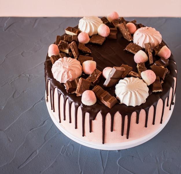 チョコレートのドリップビスケットケーキ