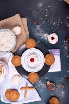 Тарелка с пирожными, печеньем и мукой