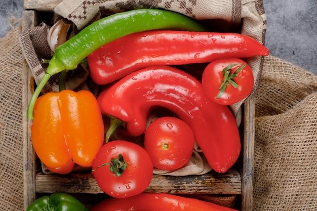 トマトと赤と緑の唐辛子。上面図。