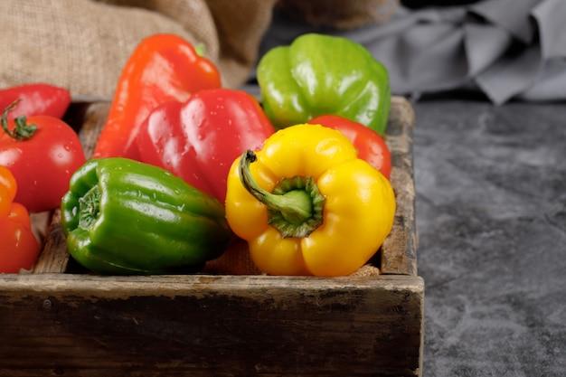 灰色の石の素朴なトレイに季節の野菜。