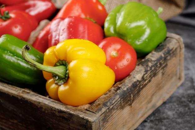 Желтый, зеленый и красный сладкий перец.