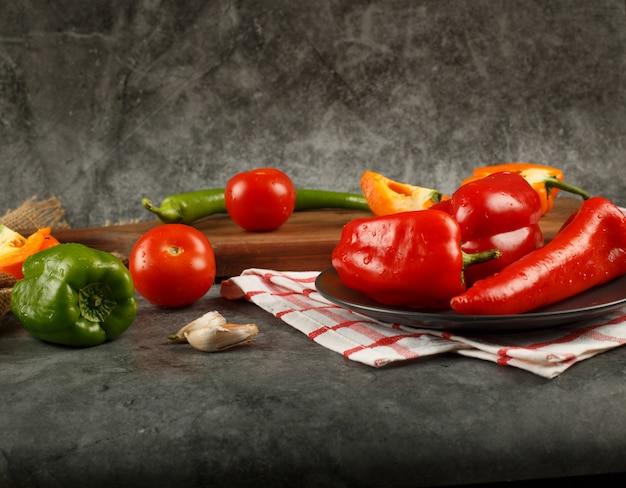 Сезонные овощи на сером мраморном каменном столе.