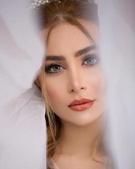Женская модель носить фату невесты