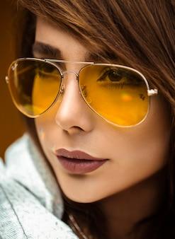 黄色のサングラスをかけた女性モデル