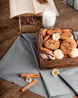 シナモンスティックと青いテーブルクロスの上のクッキーボックス