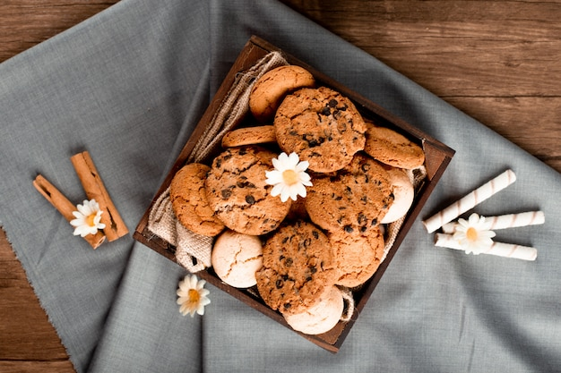 青いテーブルクロスの上のクッキートレイ