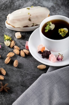 Кремовый молочный пирог с чашкой чая