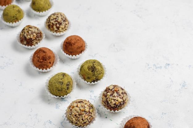 Домашние здоровые веганские сырые энергетические трюфельные шарики с финиками и грецкими орехами