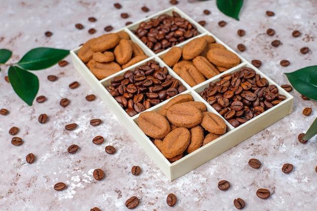 Жареные кофейные зерна и печенье в форме кофейных зерен