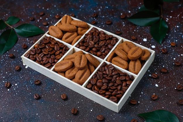 焙煎コーヒー豆とコーヒー豆の形をしたクッキー