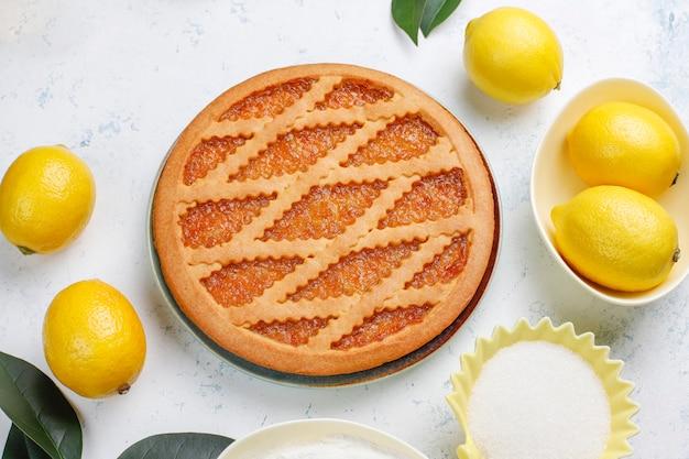 Вкусный лимонный пирог со свежими лимонами на столе