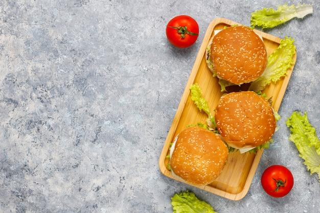 テーブルの上のおいしい新鮮な自家製ハンバーガー