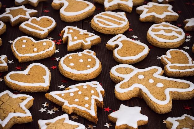 ジンジャーブレッドクッキークリスマス新年の木製テーブルの上をクローズアップ