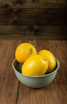 木製のテーブルのレモンボウル