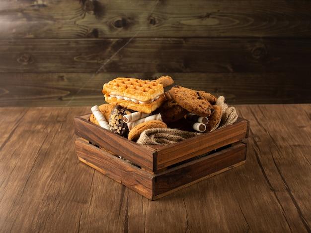 素朴な木製のテーブルのビスケットトレイ