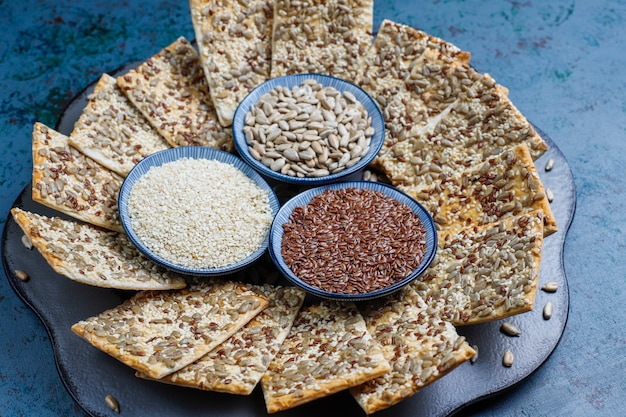 ヒマワリの種、リネンシード、ゴマ、トップビューでスナッククッキー