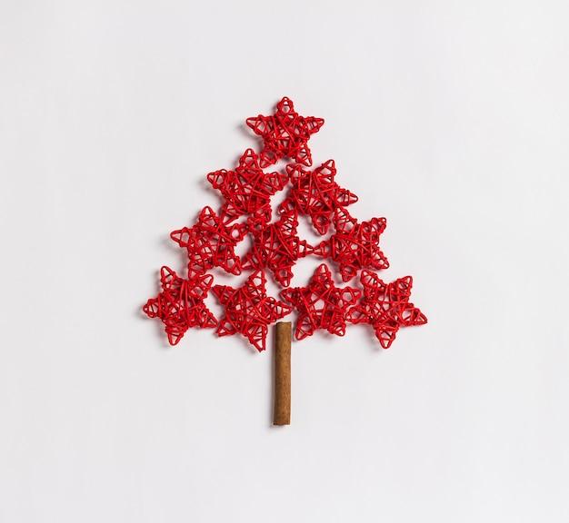 白い背景で隔離赤い星の概念から成っているクリスマスツリー