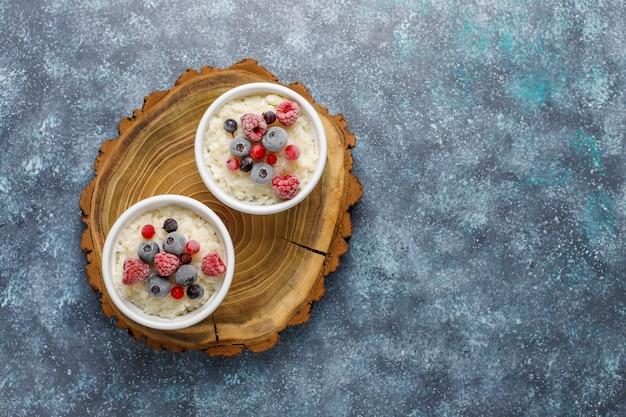 冷凍ブルーベリーとラズベリーのライスプディング