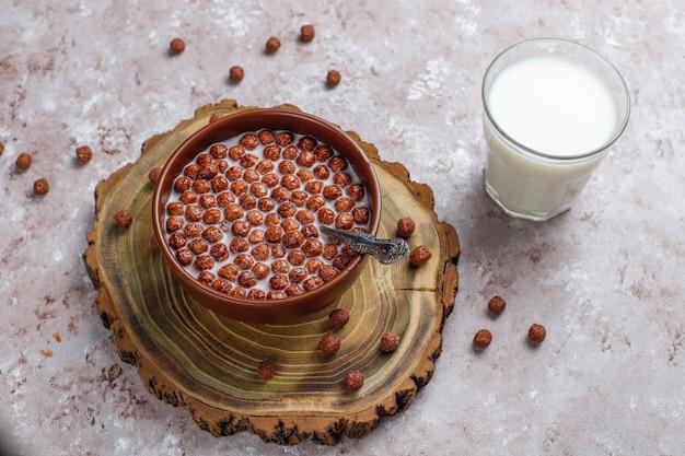 チョコレートボールと牛乳、トップビューでボウルします。