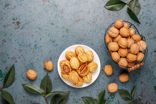 Домашнее русское печенье с вареной сгущенкой и грецкими орехами.