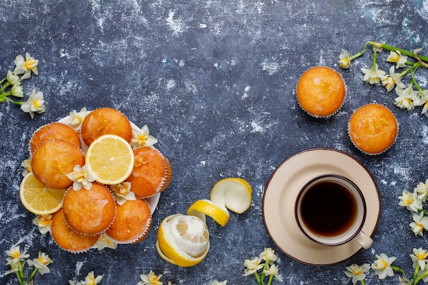 Вкусные свежеиспеченные домашние лимонные маффины с лимонами на тарелке