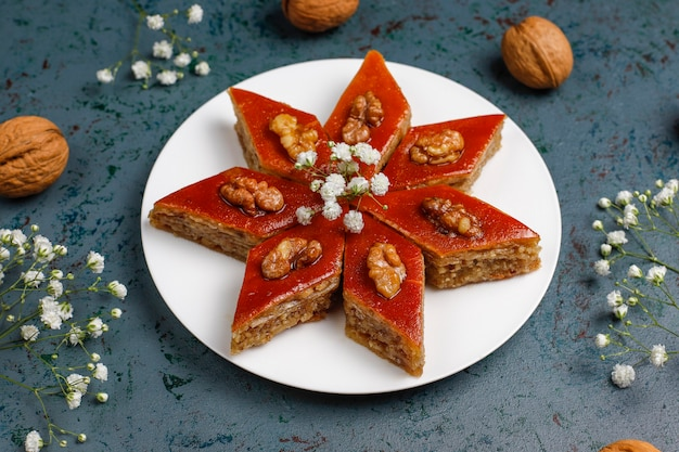 Азербайджанская национальная кондитерская пахлава на белой тарелке, вид сверху, весенний новогодний праздник, праздник новруз.