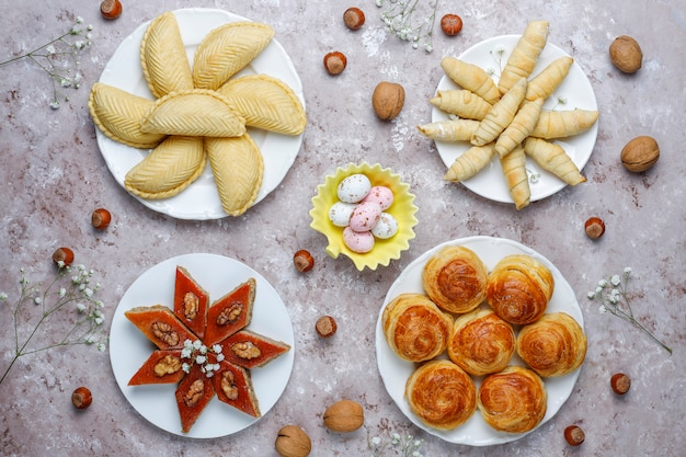 Традиционные азербайджанские сладости шакарбура, пахлава, гогал, мутаки печенье, азербайджанский праздник новруз.