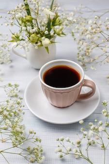 ビクトリアスポンジケーキのスライスと光のコーヒーカップ