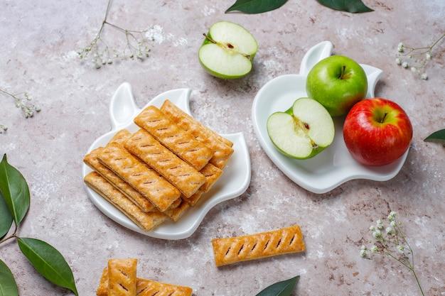 Печенье из яблочного слоеного теста в форме яблока со свежими яблоками