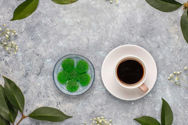 Яблочно-зеленый мармеладная конфета в сахаре полезный десерт для гурманов.