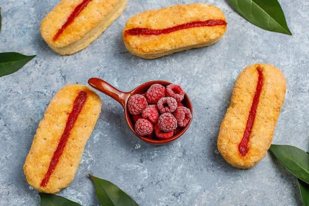 ラズベリージャムと冷凍ラズベリーの光のパイ生地のクッキー