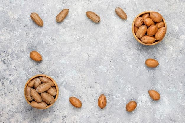 Орехи пекан на светлом фоне, вид сверху