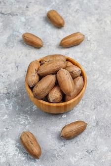 Орехи пекан на светлом фоне