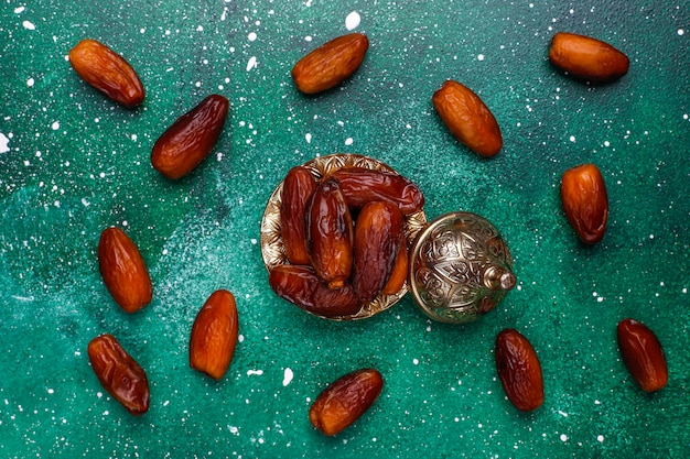 Красивая чаша, полная финиковых фруктов, символизирующих рамадан, вид сверху