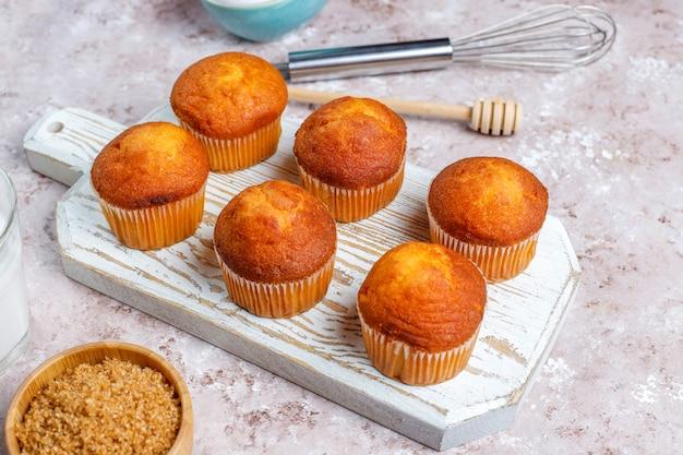 台所用品と背景を焼くカップケーキ。