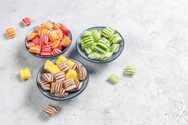 異なるカラフルな砂糖菓子