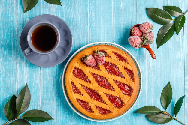 Запеченный пирог с клубничным джемом и сладкой выпечкой сверху