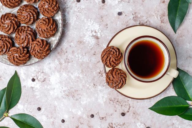 Мини-пирожные трюфели с шоколадными каплями и какао-порошком, вид сверху