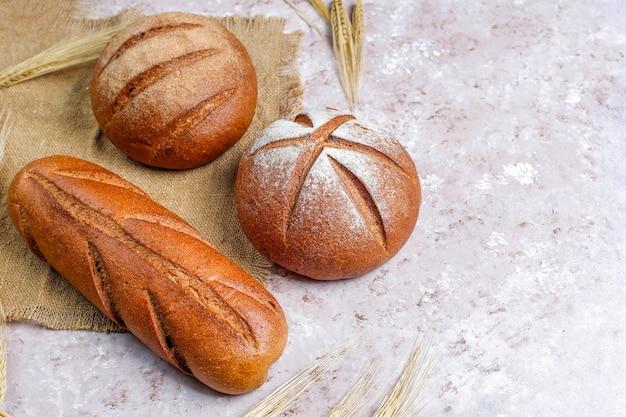 背景としてさまざまな種類の焼きたてのパン