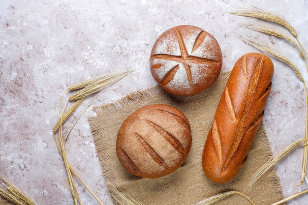 Различные виды свежего хлеба в качестве фона