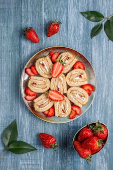 新鮮なイチゴ、トップビューでおいしいイチゴケーキロール