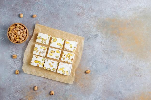 蜂蜜、ピスタチオ、トップビューで作られたオーガニックの自家製ヌガー