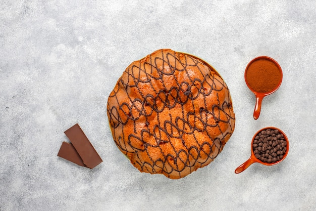 チョコレートチップ、トップビューでおいしいチョコレートケーキ