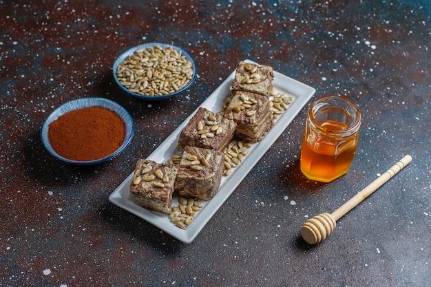Вкусная мраморная халва с семечками, какао-порошком и медом, вид сверху