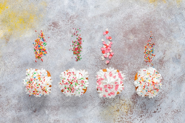 さまざまな振りかけるおいしい自家製カップケーキ