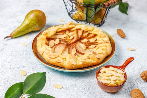 Домашний грушевый галетный пирог с миндальными листьями и свежими спелыми зелеными грушами