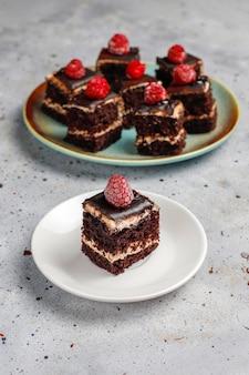 Вкусные домашние мини шоколадные пирожные, вид сверху