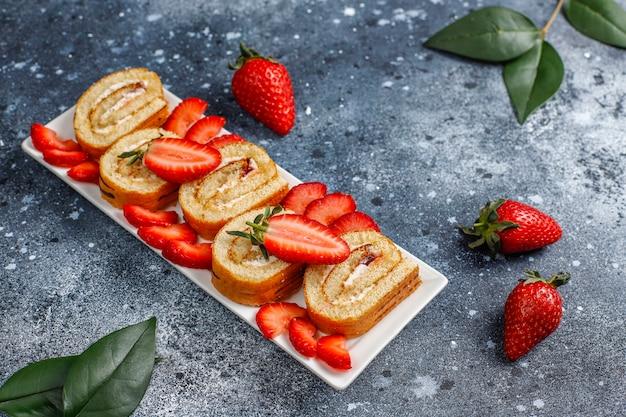 おいしいストロベリーケーキロール、新鮮なイチゴ、トップビュー