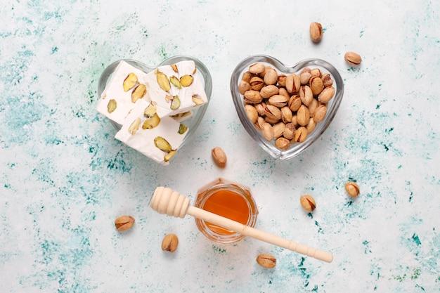 蜂蜜、ピスタチオ、トップビューで作られた自家製有機ヌガー