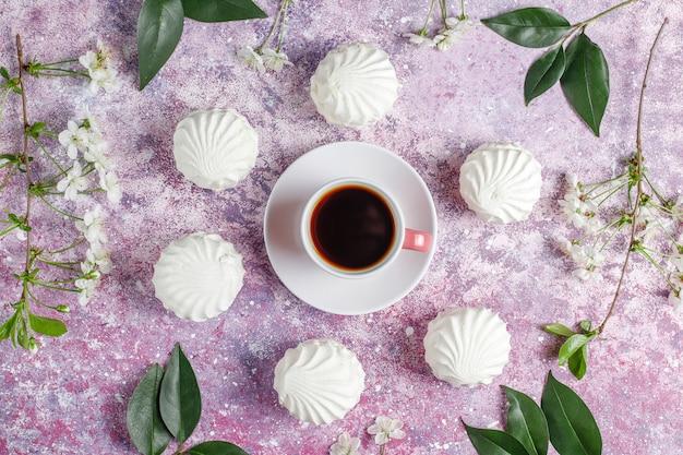 Белый зефир, вкусный зефир с весенними цветущими цветами, вид сверху